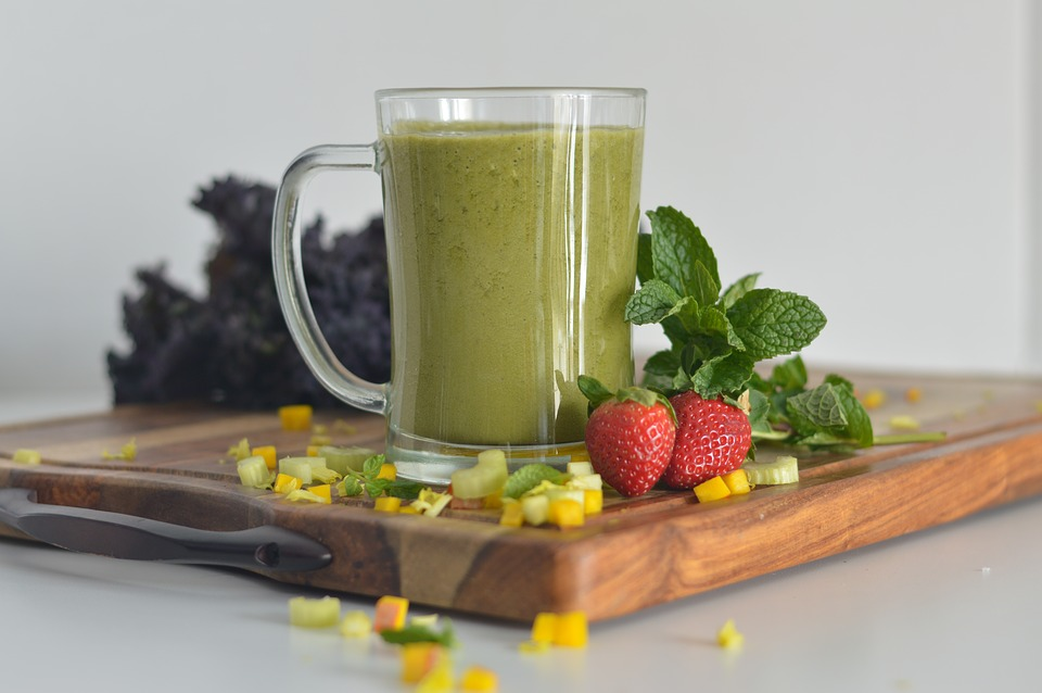 Green smoothies containing raw spinach or kale and organic strawberries are a folate powerhouse.